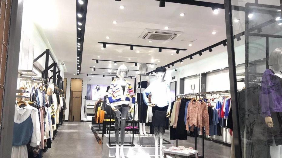 Application of Gimbal light in clothing store